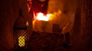 image caverne avec lampe et tapis